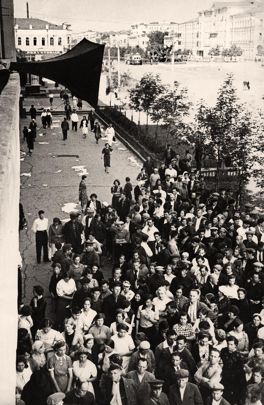 Жители города Свердловск  слушают речь Молотова о начале ВОВ (пл. 1905 года, 22 июня 1941).