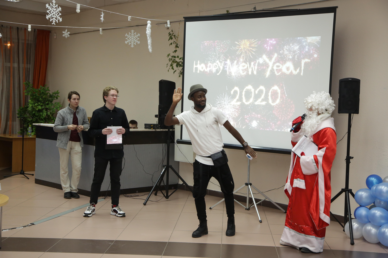 счастлив, поздравление иностранцев с новым годом сценка меня
